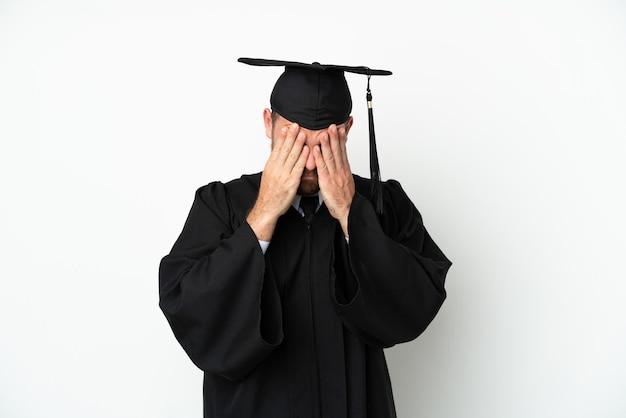 피곤하고 아픈 표정으로 흰색 배경에 고립 된 젊은 대학 브라질 대학원