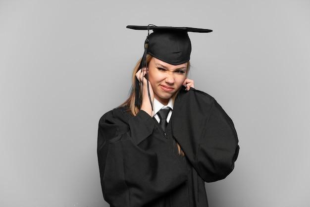 좌절과 귀를 덮고 격리 된 배경 위에 젊은 대학 대학원 소녀