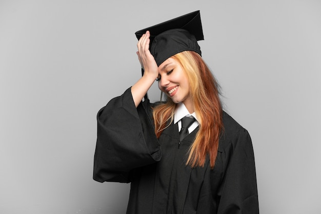 孤立した背景上の若い大学卒業生の女の子は何かを実現し、解決策を意図しています