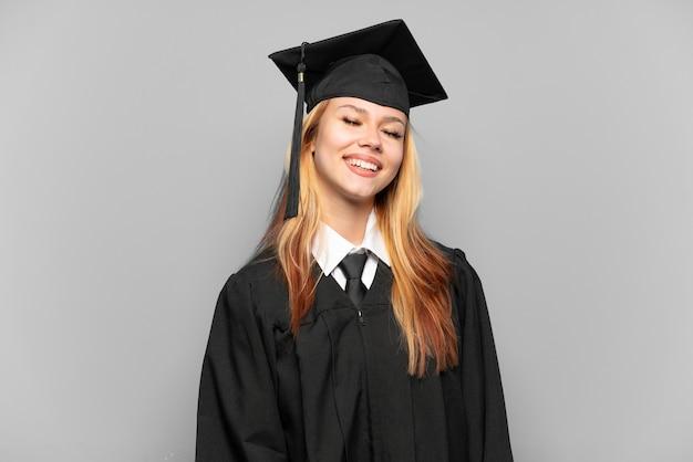 격리 된 배경 웃음을 통해 젊은 대학 대학원 소녀