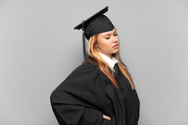 노력을 한 데 대한 요통으로 고통받는 격리 된 배경 위에 젊은 대학 대학원 소녀
