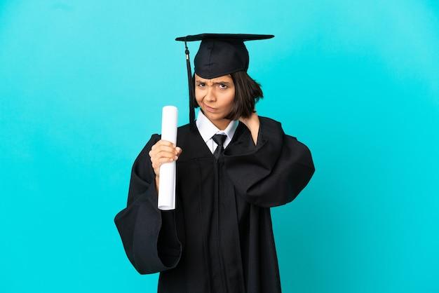 疑いを持っている孤立した青い背景の上の若い大学卒業生の女の子