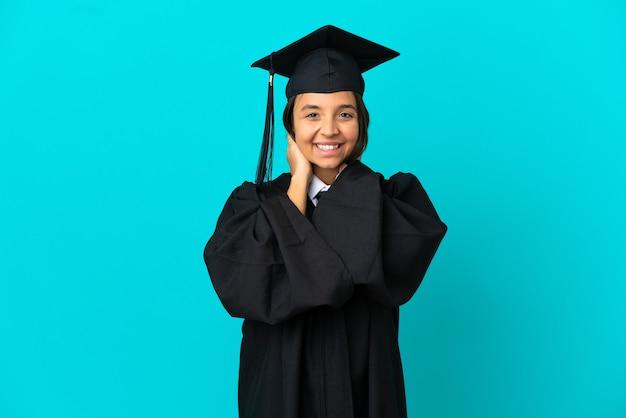 고립 된 파란색 배경 웃 고 젊은 대학 대학원 소녀