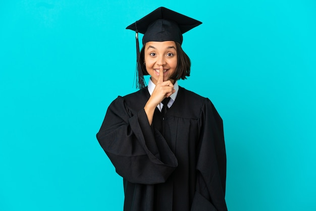 고립된 파란색 배경 위에 있는 젊은 대학 대학원 소녀는 입에 손가락을 넣는 침묵 제스처의 표시를 보여줍니다.