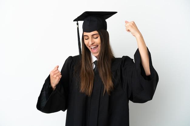 Молодой выпускник университета, изолированные на белом фоне, празднует победу