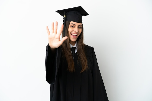 Молодой выпускник университета, изолированные на белом фоне, считая пять пальцами