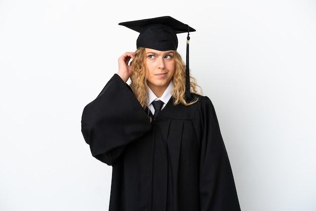 Молодой выпускник университета, изолированные на белом фоне, сомневаясь