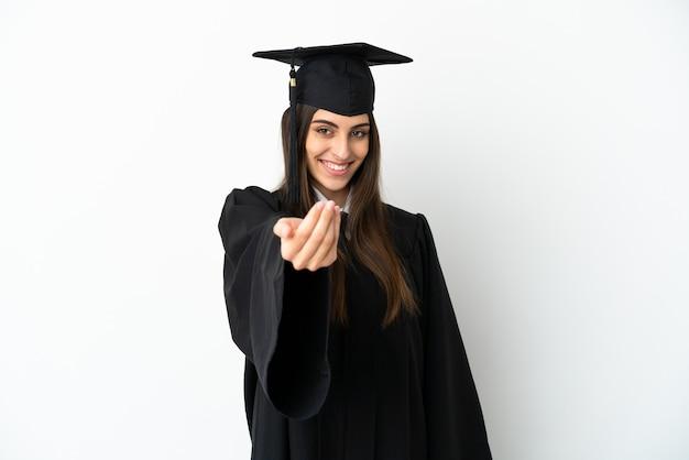 Выпускник молодых университетов, изолированные на белом фоне, приглашая прийти с рукой. счастлив что ты пришел