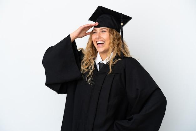たくさん笑って白い背景に孤立した若い大学卒業生