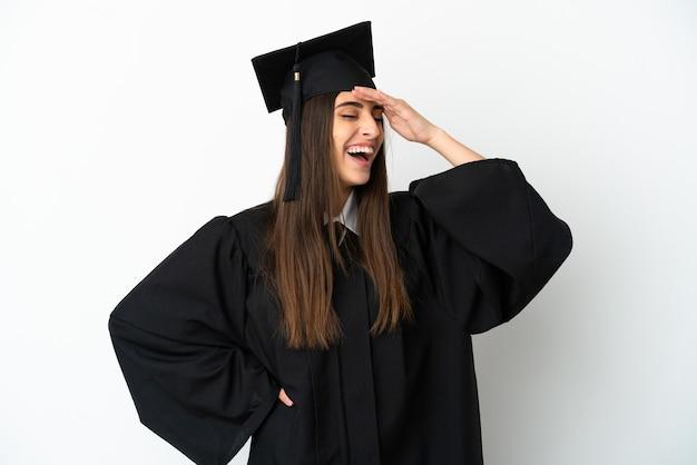 Молодой выпускник университета, изолированные на белом фоне, много улыбаясь