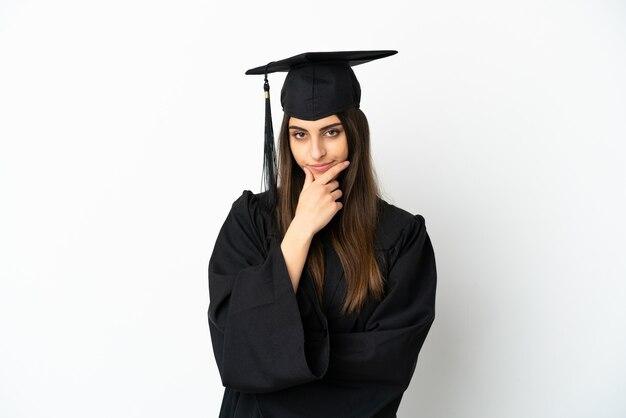 Выпускник молодого университета изолирован на белом фоне мышления