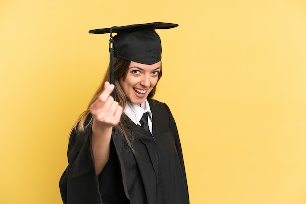 돈 제스처를 만드는 노란색 배경에 고립 된 젊은 대학 졸업