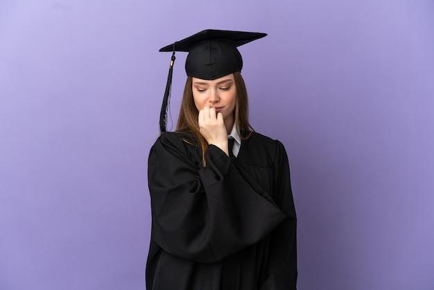 Молодой выпускник университета на изолированном фиолетовом фоне сомневается
