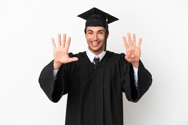 손가락으로 아홉을 세는 고립 된 흰색 배경 위에 젊은 대학 졸업