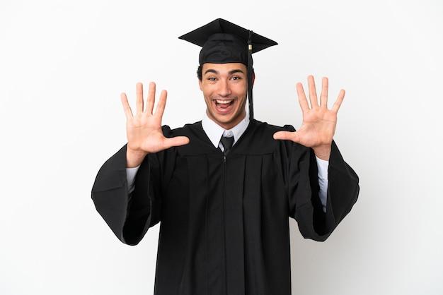 Молодой выпускник университета на изолированном белом фоне, считая десять пальцами