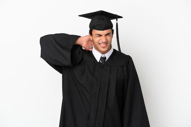 목에 통증이 있는 격리된 흰색 배경 위에 젊은 대학 졸업