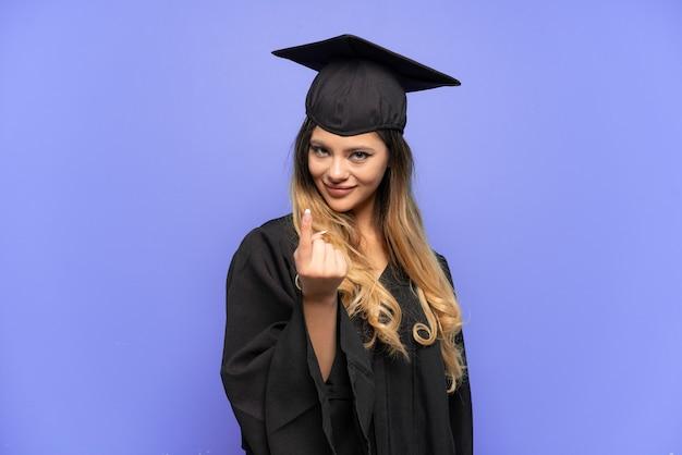 来るジェスチャーをしている白い背景で隔離の若い大学卒業生ロシアの女の子