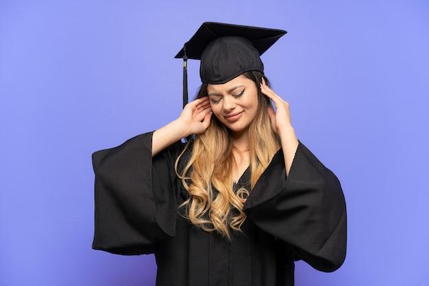 좌절하고 귀를 덮고 흰색 배경에 고립 된 젊은 대학 졸업 러시아 소녀