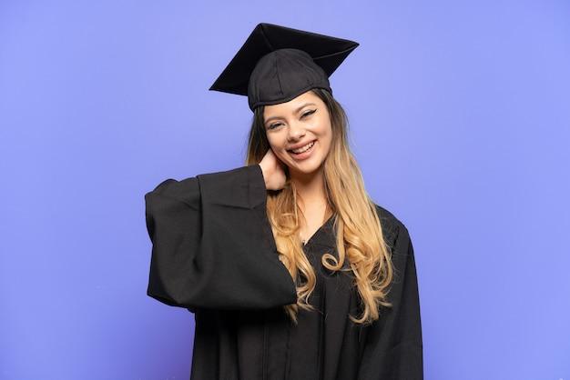 Молодая русская девушка выпускник университета изолирована на белом фоне смеясь