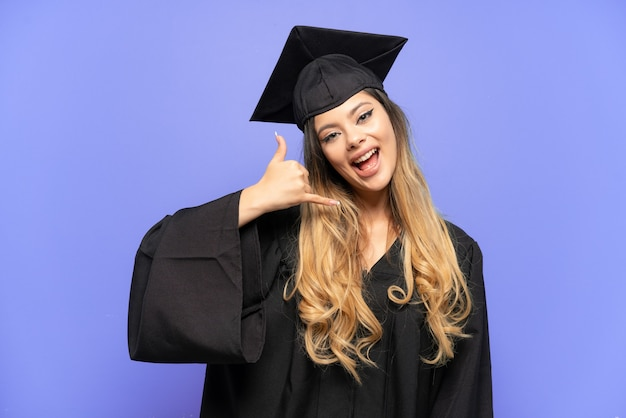 電話ジェスチャーを作る白い背景で隔離の若い大学卒業生ロシアの女の子。コールバックサイン