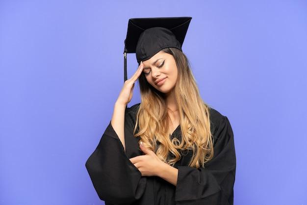 두통과 흰색 배경에 고립 된 젊은 대학 졸업 러시아 소녀
