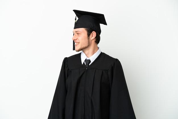 Российский выпускник молодого университета изолирован на белом фоне смотрящую сторону