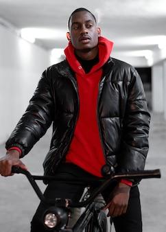 自転車で歩く都会の若者