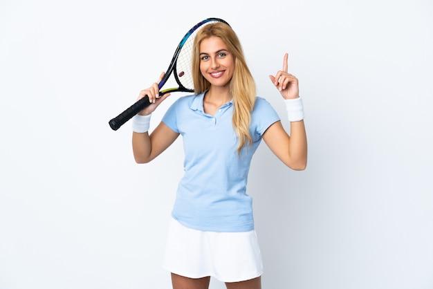 흰 벽 테니스를 하 고 위로 젊은 우루과이 금발 여자