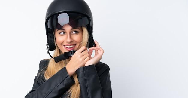 Молодая уругвайская женщина с мотоциклетным шлемом