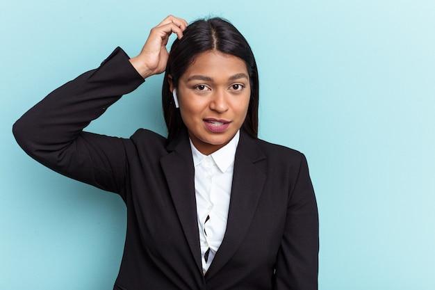 ショックを受けている青い背景に孤立した若いベネズエラのビジネスウーマン、彼女は重要な会議を思い出しました。