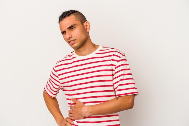 肝臓の痛み、胃の痛みを持っている白い背景で隔離の若いベネズエラ人。