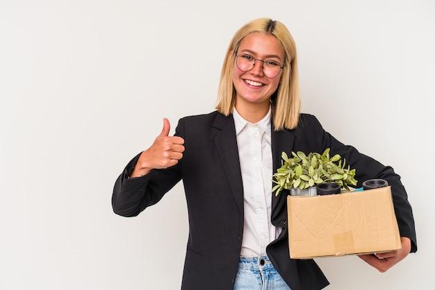 若いベネズエラの女性が笑顔で親指を上げて白い背景で隔離の仕事から解雇