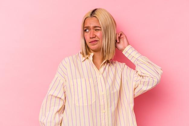 손가락으로 귀를 덮고 분홍색 배경에 고립 된 젊은 베네수엘라 여자 스트레스와 큰 소리로 주변에 의해 필사적.