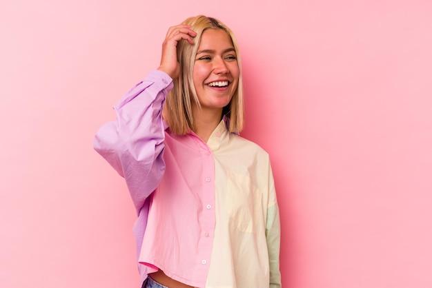 핑크 벽에 고립 된 젊은 베네수엘라 여자 즐거운 많이 웃 고. 행복 개념. 프리미엄 사진