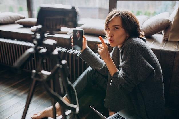 彼女のビデオブログのビデオレビューを行う若いビデオブロガー
