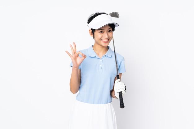 흰 벽 재생 골프 확인 표시를 통해 젊은 베트남 골퍼 여자