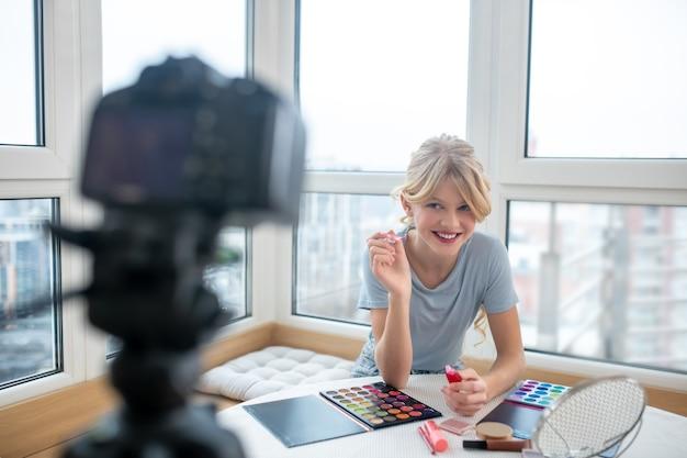 Молодой влогер записывает видео о макияже