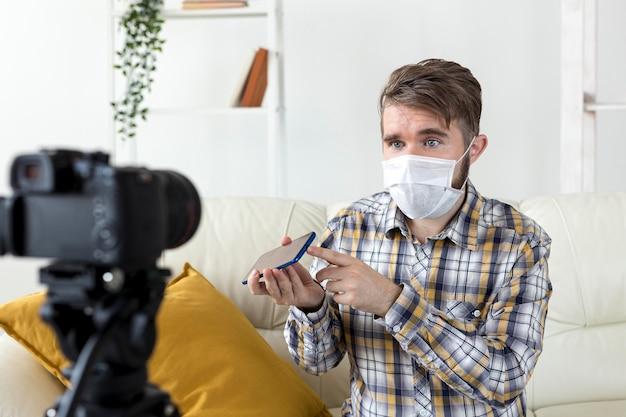 Молодой видеоблогер записывает видео дома