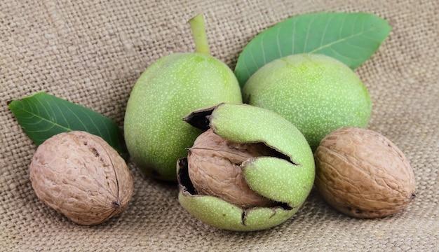 Молодые грецкие орехи на льняной текстуре