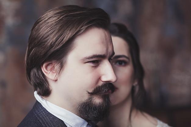 ロマンチックな瞬間を楽しんでいる若い結婚式のカップル。スタイリッシュな新郎と新婦
