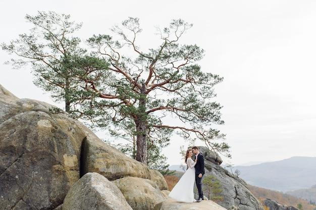 Giovani sposi godendo di momenti romantici