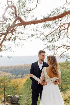 낭만적 인 순간을 즐기는 젊은 웨딩 커플