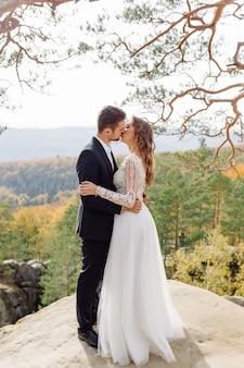 Молодая свадебная пара наслаждается романтическими моментами