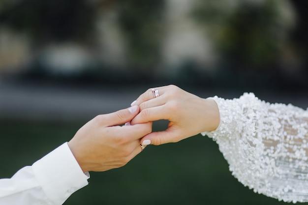 ロマンチックな瞬間を楽しんでいる若い結婚式のカップル