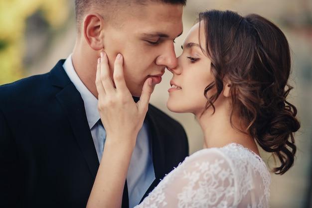 ロマンチックな瞬間を楽しむ若い結婚式のカップル