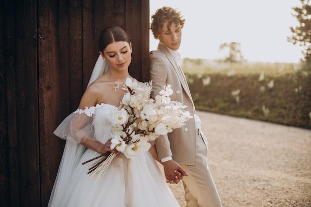彼らの結婚式の若い結婚式のカップル
