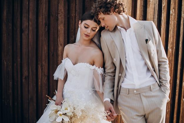 Молодая свадебная пара на их свадьбе