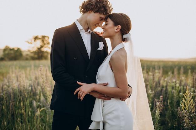 Молодая свадебная пара вместе в поле