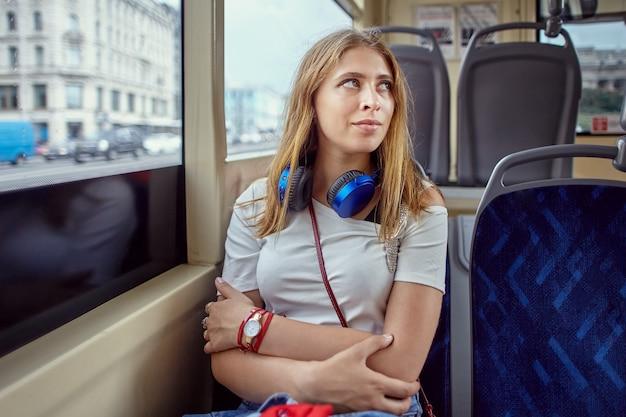 트롤리 버스에 젊은 백인 여자.