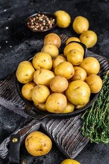 鍋に若い丸ごとミニポテト。